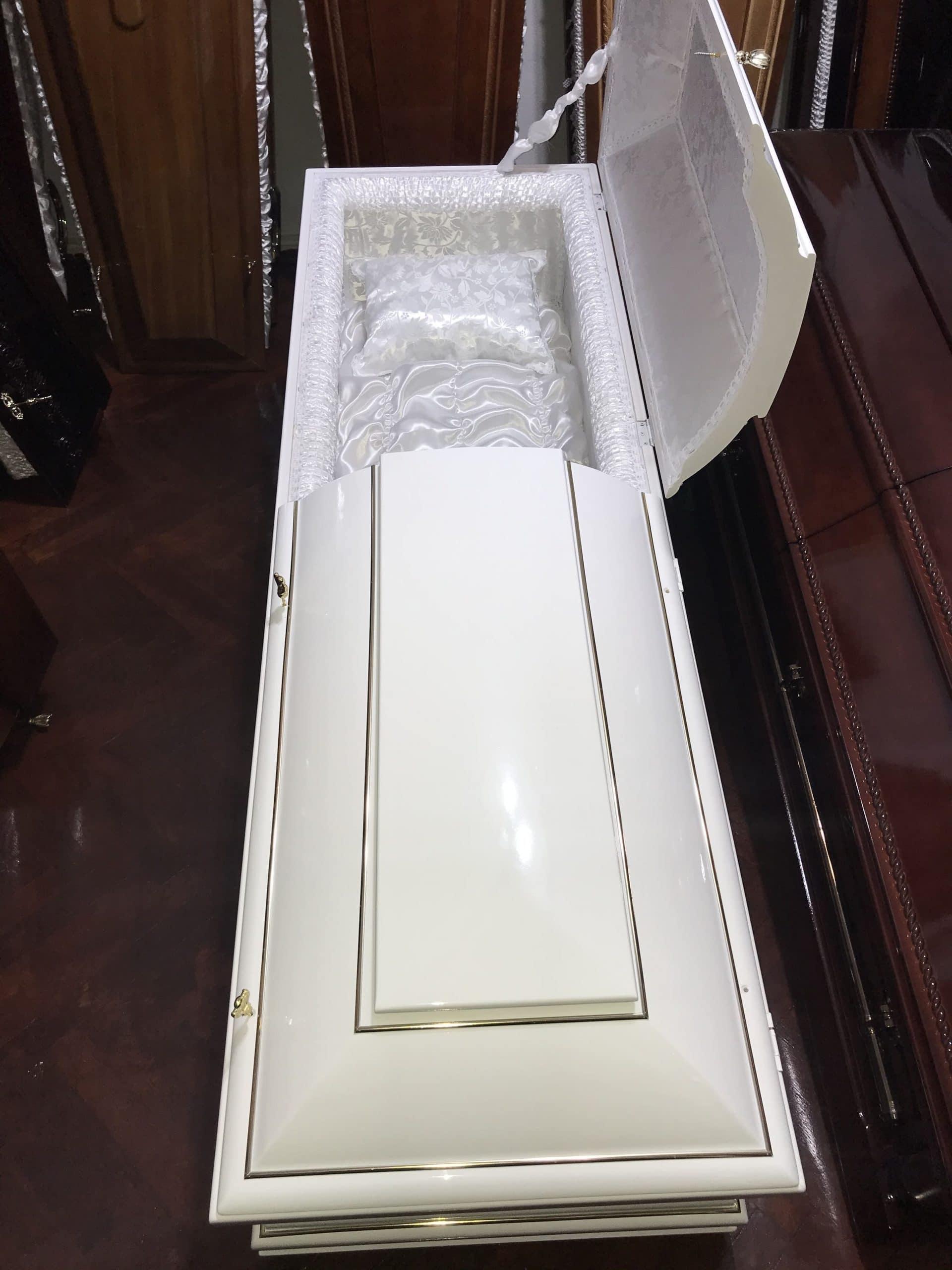 sicriu-boston-alb-sicriu-in-doua-capace-servicii-funerare-apusul-oradea-pompe-funebre-non-stop